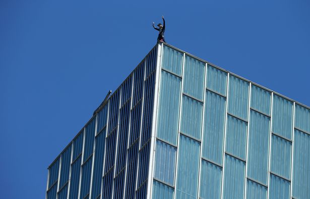 """""""Người Nhện nước Pháp"""" chinh phục tòa nhà cao nhất Barcelona bằng tay không"""