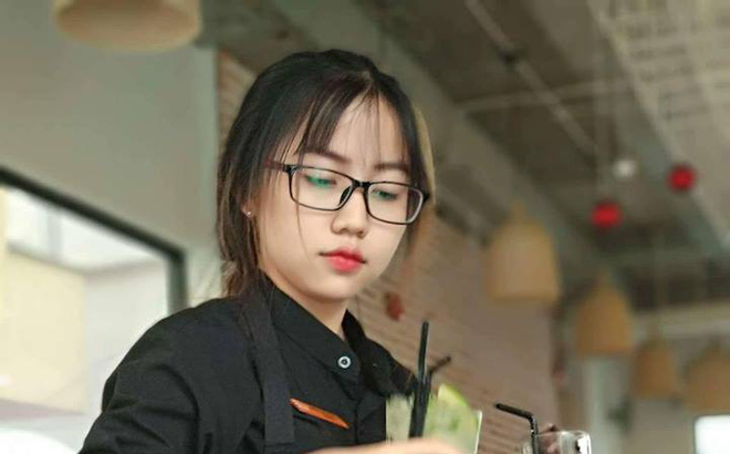 """Chỉ một bức ảnh chụp lén, cô phục vụ bàn khiến hàng loạt thanh niên ùn ùn kéo đến """"trồng cây si"""" tại quán"""