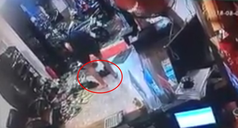 """Tháo giày ăn tối tại một hostel Sài Gòn, nam du khách người Pháp bị 2 người đàn ông """"cuỗm"""" luôn đôi giày hơn 10 triệu đồng"""