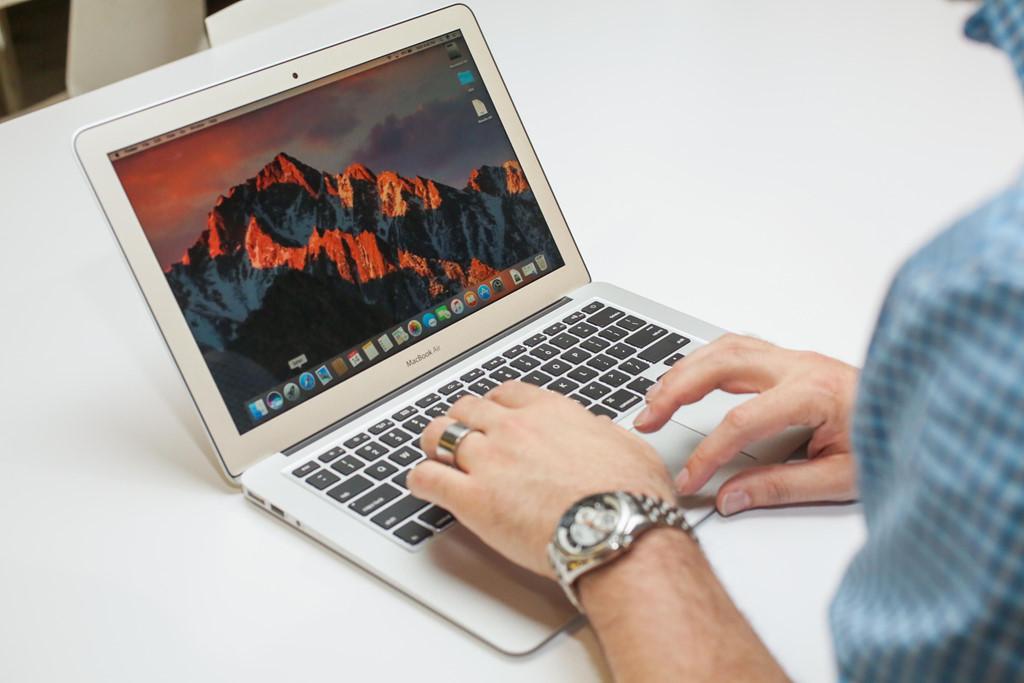Apple MacBook Air 24 triệu đồng, vẫn là sản phẩm phổ biến tại Việt Nam. Model này mở ra trào lưu sản xuất laptop mỏng nhẹ gọi là ultrabook. Máy có khung nhôm, độ mỏng 17 mm và nặng 1,36 gram. Tuy nhiên, điểm yếu của nó là màn hình độ phân giải thấp, cấu hình cũng chỉ ở mức đủ dùng.