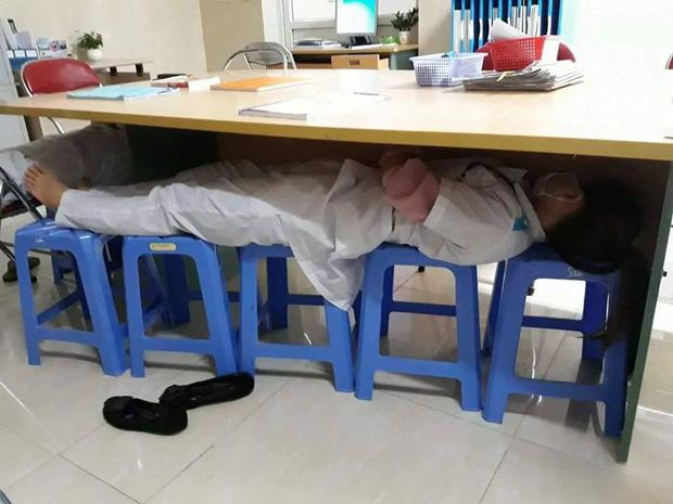 Ăn tranh thủ, ngủ khẩn trương - Phải khổ thế mới trở thành bác sĩ tương lai như cô cậu trường y này