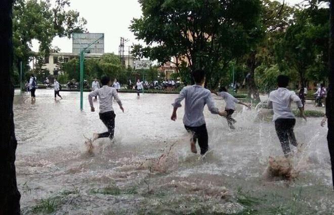 """Sân trường ngập vì mưa là khi bạn ước được tắm mưa với lũ bạn cùng lớp và nghịch những trò """"nhất quỷ, nhì ma..."""" thật đã để làm kỷ niệm sau này."""