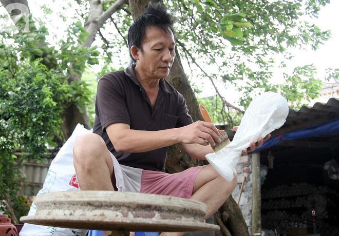 Sau khi chiếc cúp được phơi dưới trời nắng khô ráo, ông Nhật tiến hành thực hiện công đoạn sơn mạ vàng sản phẩm.