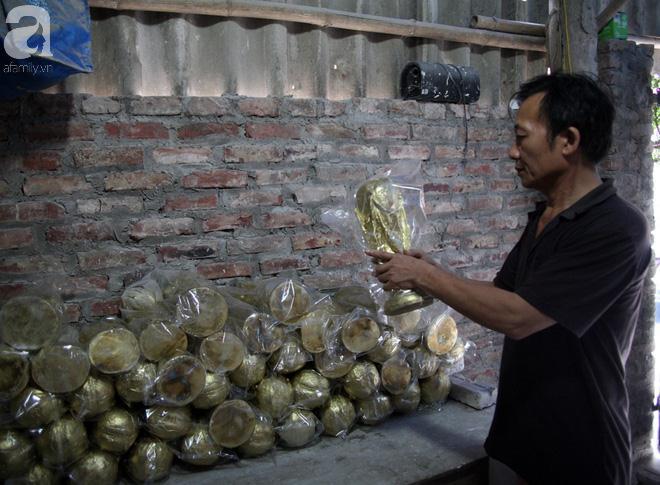 """Ông Nhật chia sẻ: """"Nhà tôi là nhà đầu tiên làm cúp vàng ở Bát Tràng. Mình làm chỉ vì tình yêu, niềm đam mê bóng đá chứ không nghĩ gì đến lãi lời. Mùa World Cup năm nay thấy nhiều người đặt mua cúp nên chúng tôi mới sản xuất số lượng nhiều để bán buôn""""."""