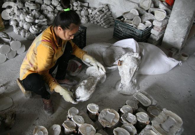 Sau khi đưa thạch cao vào khuôn khoảng 20 phút thì cũng là lúc thạch cao bám chặt vào thành khuôn. Lúc này, các công nhân nhẹ nhàng đưa sản phẩm ra ngoài để tiếp tục đúc những chiếc khác.
