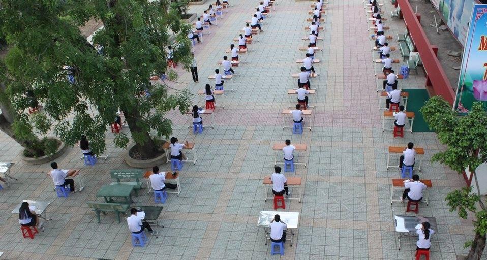 """""""Chiêu"""" tổ chức thi mới: Trường THPT An Dương Vương """"lùa"""" hết thí sinh ra sân trường làm bài"""