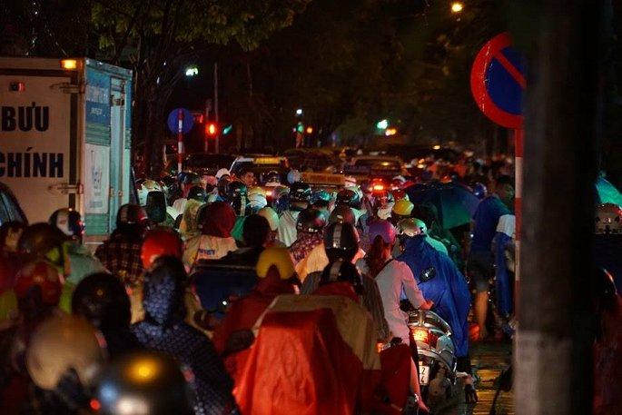 Đến 21h hôm qua 31/7, hàng nghìn phương tiện vẫn chôn chân trên khắp các ngả đường. Giao thông không bớt hỗn loạn dù đã gần nửa đêm.