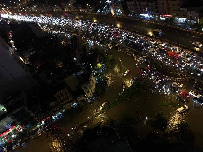 Những hình ảnh mưa lụt và tắc đường hôm qua khiến nhiều người nhớ tới trận lụt lịch sử cách đây đúng 10 năm ở Hà Nội.