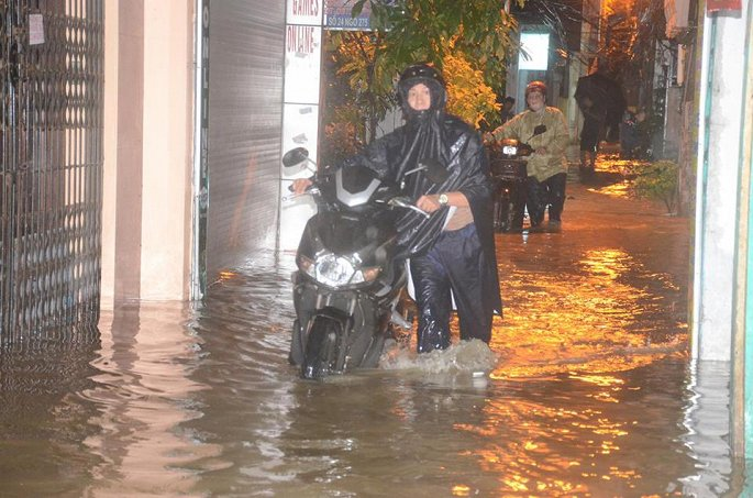 Tính đến 18h30 hôm qua, lượng mưa đo được tại phố Lương Đình Của (quận Đống Đa) là 82,4 mm; phố Nguyễn Chính (quận Hoàng Mai) là 86,3 mm; Linh Đàm là 84,4 mm... Nhiều tuyến phố ngập nặng khiến người dân phải dắt xe máy.