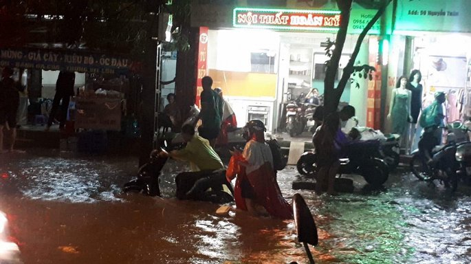 Giao thông nội thành Hà Nội hỗn loạn từ chiều tối đến đêm. Đây là lần hiếm hoi trong năm tắc đường kéo dài đến gần nửa đêm.