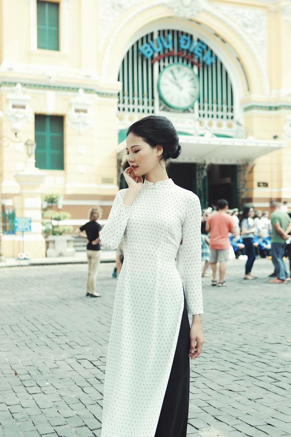 Trần Thị Quỳnh trong một mẫu áo dài cách tân lấy cảm hứng từ tà áo dài xưa của phụ nữ Sài Gòn.