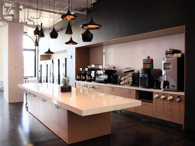 Nhà bếp tại văn phòng của Instagram có đầy đủ thực phẩm gồm cà phê, trà, tủ lạnh chứa nước ép, bắp rang và nước uống hiệu Gatorade.