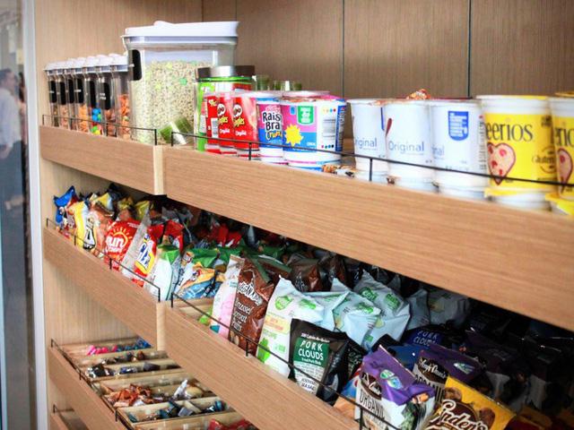 Nhân viên tại đây cũng có thể lựa chọn đồ ăn nhẹ và ngũ cốc tốt cho sức khỏe.