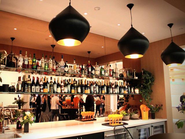 Trụ sở này cũng có một quầy bar tên là Thirsty Flamingo. Nơi đây có bia, rượu vang cùng nhiều loại rượu bia và đồ uống khác mà nhân viên có thể tự phục vụ.