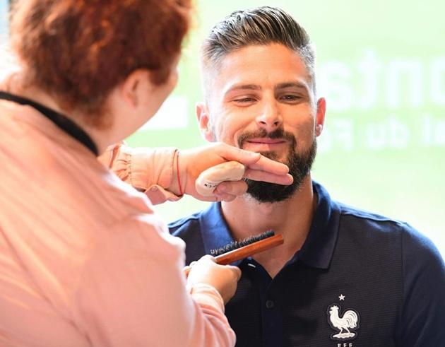 Liệu Giroud sẽ cùng đội tuyển Pháp vào chung kết hay anh sẽ bắt tay người bạn Hazard để chúc mừng họ làm điều đó? Tất cả phải chờ đến rạng sáng mai mới rõ. (Nguồn: Tổng hợp từ Tuoitre.vn, Kenh14.vn, Zing.vn, Bongda.com.vn)