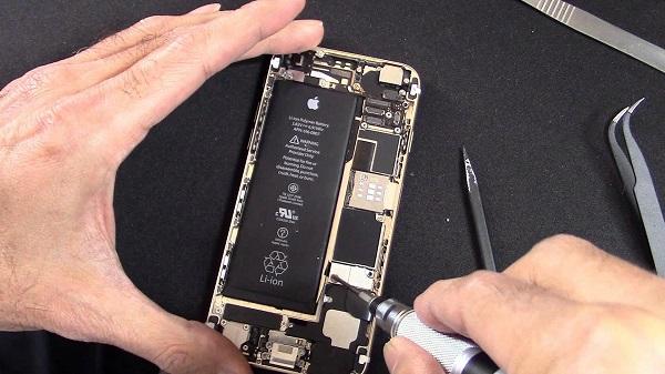 Một người dùng iPhone 6S tại Mỹ tố Apple lừa đảo khi thay pin cũ theo chương trình trợ giá mới