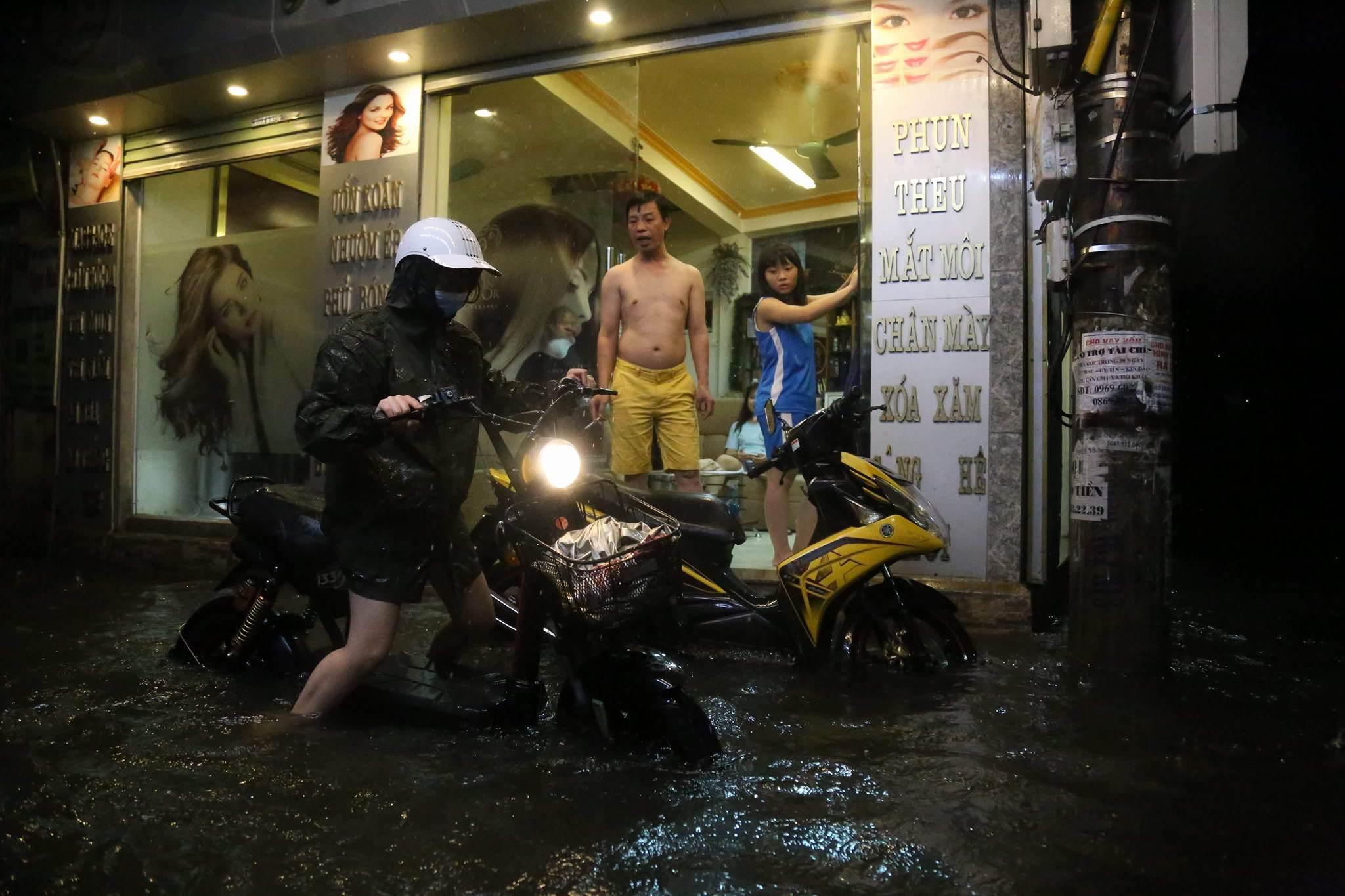 """Mưa lớn """"chào hè"""" gây ngập úng diện rộng ở Hà Nội, giao thông tê liệt"""