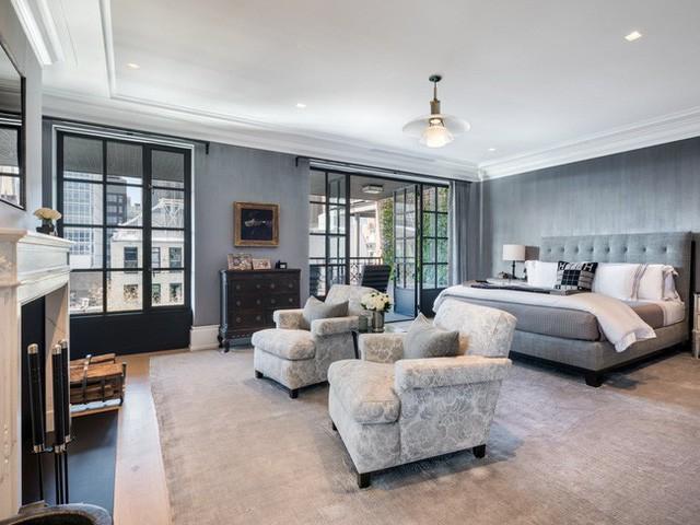 Phòng ngủ chính của căn hộ cũng có một lò sưởi cùng quầy bar, tủ quần áo lớn và cửa gỗ kiểu Pháp mở ra sân hiên.