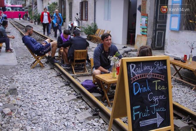 Ngỡ ngàng khách Tây ngồi uống cà phê, chụp ảnh check-in giữa đường tàu ở Hà Nội
