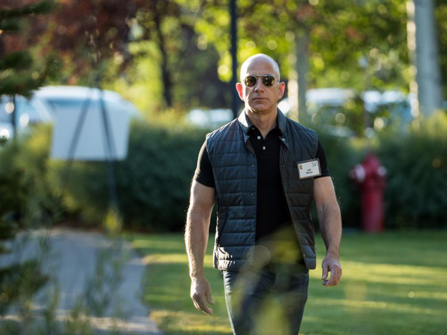 Không rõ Bezos có thói quen tập thể hình hay không nhưng hình ảnh của ông tại một hội nghị gần đây gợi cho người ta liên tưởng đến nam tài tử Vin Diesel khi thấy các cơ bắp cuồn cuộn của ông. (Ảnh: Drew Angerer, Getty Images)