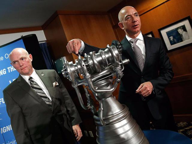"""Ngoài việc thích xem """"Star Trek"""", Jeff Bezos còn có một sở thích khác là thám hiểm trong một chiếc tàu ngầm tìm kiếm tên lửa cũ của NASA. Ông thường mang theo các con trong các chuyến phiêu lưu. (Ảnh: Win McNamee/Getty Images)"""