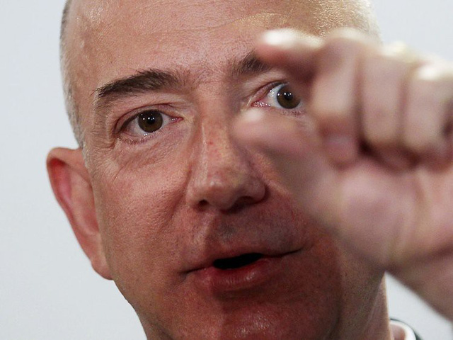 """Bezos có lẽ từng là một ông chủ thỉnh thoảng nổi cáu, nhưng có tin đồn rằng ông đã thuê một huấn luyện viên để """"giúp làm dịu cơn giận"""". (Ảnh: Mario Tama/Getty Images)"""