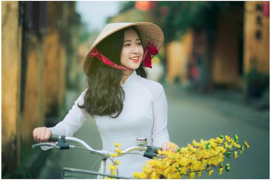 Nữ sinh Đại học Duy Tân rực rỡ cùng áo dài trắng lung linh trên phố cổ Hội An