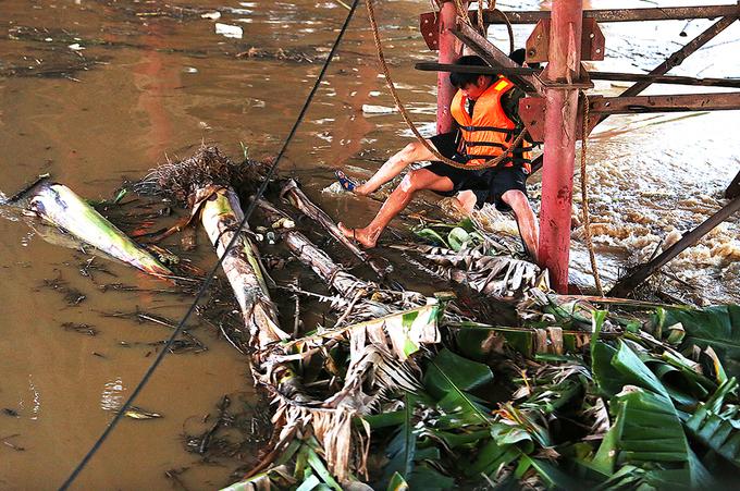 Thủy điện Hòa Bình xả lũ khiến nước sông Hồng dâng cao, cuốn theo hàng tấn rác đe dọa cầu Long Biên