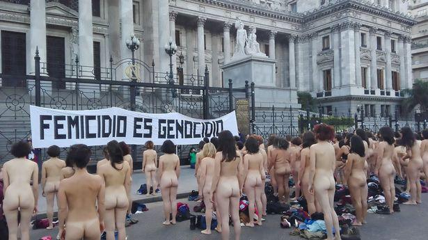 Đoàn người thoát y biểu tình chống nạn bạo hành phụ nữ ngay trước dinh tổng thống