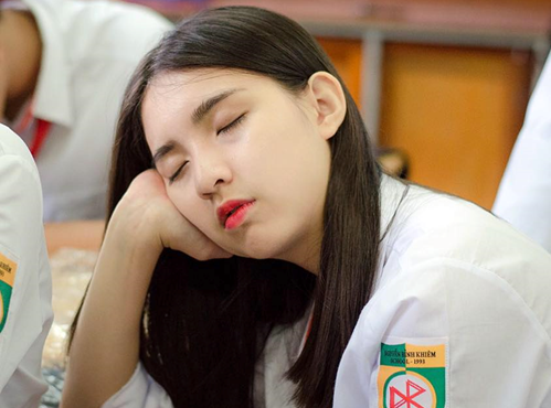 10x xinh đẹp khiến dân mạng nháo nhác đi tìm sau loạt ảnh nữ sinh ngủ gật trong giờ học siêu dễ thương
