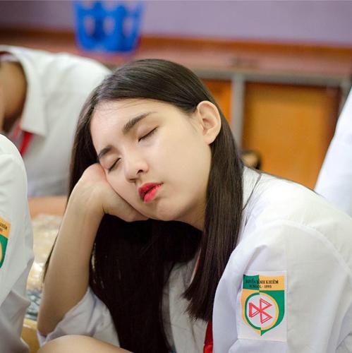Nữ sinh mặc đồng phục có tư thế ngủ gật trong lớp cực đáng yêu được một thành viên mạng xã hội chụp lén chia sẻ đã nhận được sự yêu mến của cộng đồng mạng.