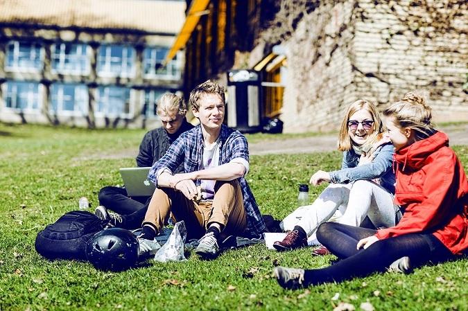 """Việc nhàn """"lương"""" cao - Đi học được trả 1.000 USD mỗi tháng, sinh viên Đan Mạch sướng quá hóa lười"""
