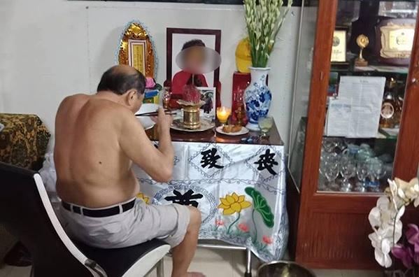 Tình yêu mãnh liệt: Cụ ông 86 tuổi ngày ngày ngồi ăn cơm, nói chuyên bên di ảnh người vợ quá cố