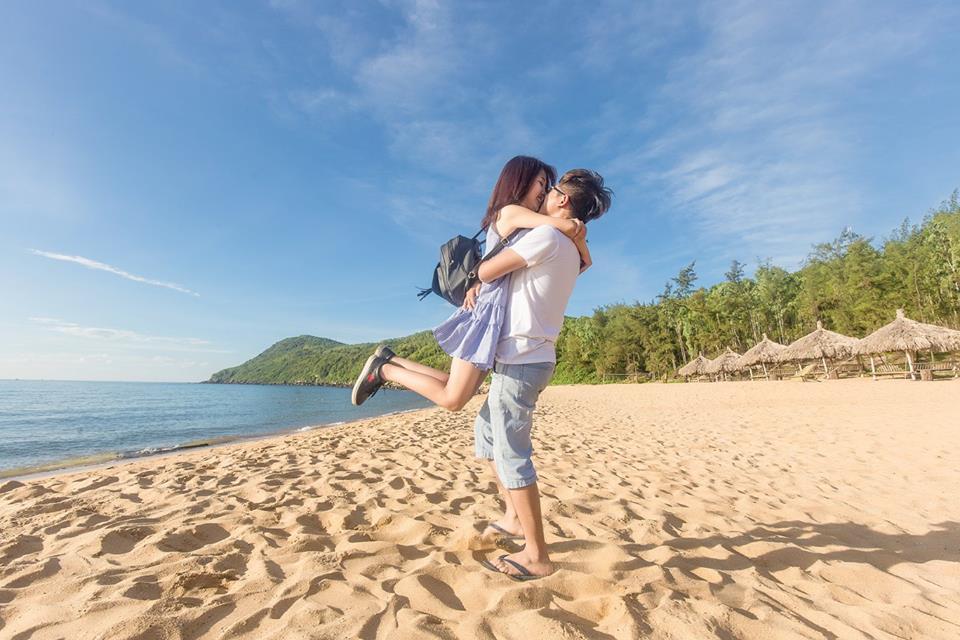 Trốn nắng những ngày cuối hè ở biển Bãi Đông đẹp mê hồn chỉ với 500 nghìn một người