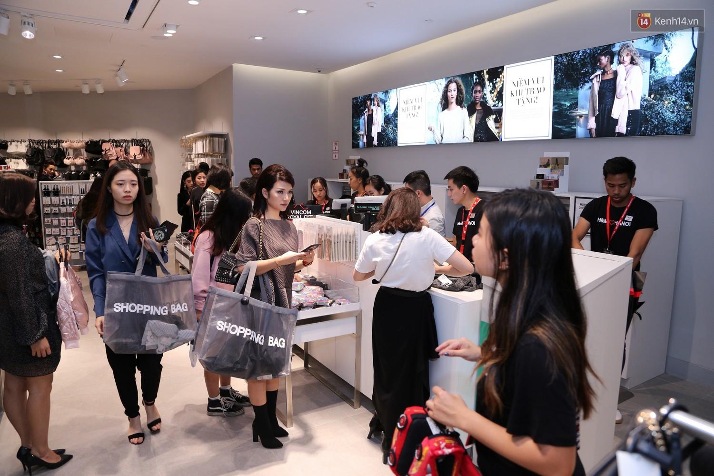 """Cầm 1 """"củ"""" trong ví vào H&M store ở Hà Nội thì mua được những gì?"""