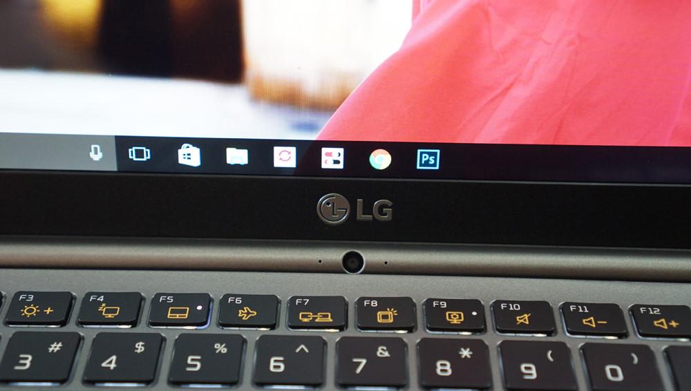 Màn hình chất lượng Full-HD với viền siêu mỏng, webcam được chuyển xuống phần bản lề bên dưới.