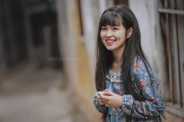 """Cô nàng Đắc Lắk 22 tuổi, sở gương mặt vô cùng dễ thương với """"combo"""" mặt  tròn, má lúm, cười xinh """"hết phần người khác"""" đã nhận được cơn mưa lời khen  của cư ..."""