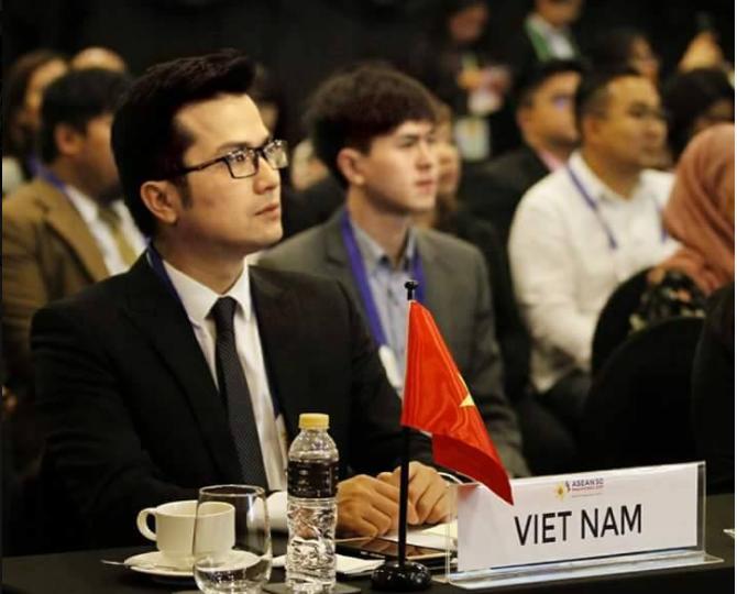 Phó giáo sư trẻ nhất Việt Nam đốn tim cộng đồng mạng chỉ bởi bức ảnh chụp lén, nhìn bảng thành tích còn choáng hơn