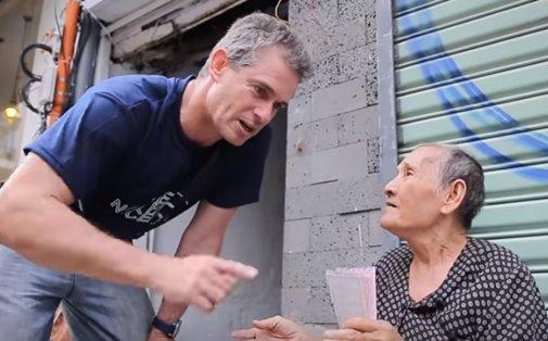 Ngã mũ thán phục trước tài giao tiếp bằng tiếng Anh của bà cụ bán vé số 84 tuổi khiến khách Tây bị đánh gục hoàn toàn