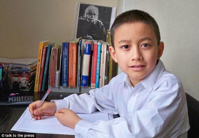 Thần đồng Toán học người Anh tốt nghiệp đại học loại ưu khi mới 15 tuổi
