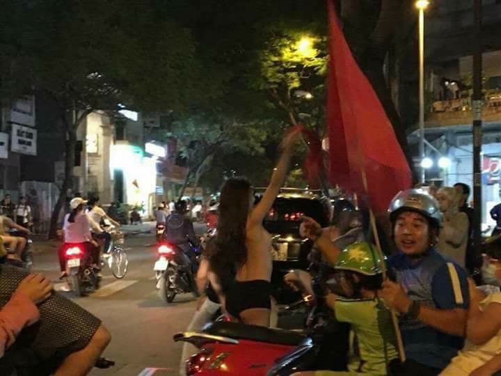 Gái xinh cởi phăng xiêm y ăn mừng chiến thắng đội tuyển U23 Việt Nam khiến cánh mày râu nóng rực