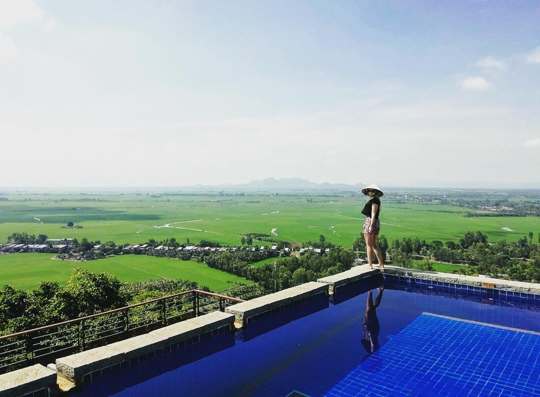 """Ngẩn ngơ trước khách sạn có hồ bơi """"view cánh đồng lúa"""" đẹp nhất Việt Nam"""