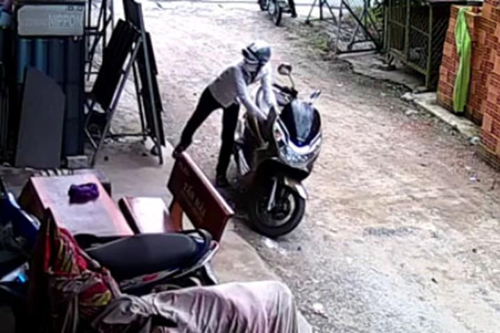 """Hài hước kẻ trộm xe máy """"thất thủ"""" bỏ lại xe sau khi đã bẻ khóa cổ"""