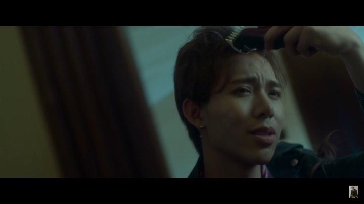 """Màn cạo đầu cực ấn tượng của Erik trong """"Chạm đáy nỗi đau"""": Phát ..."""