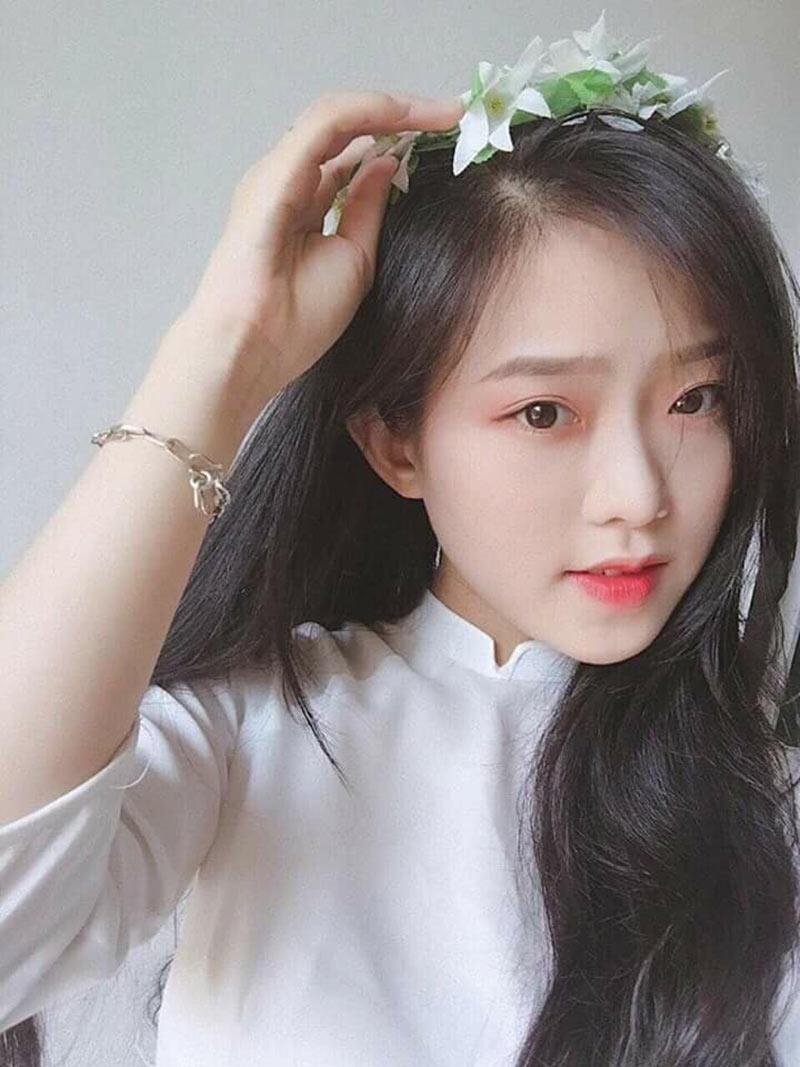 Bức ảnh của nữ sinh trong trang phục áo dài trắng được nhiều người chia sẻ.