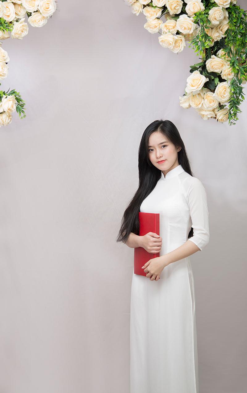 Sở hữu nhan sắc lung linh như vậy nên Hà Anh đã từng đạt danh hiệu Hoa khôi trong cuộc thi nữ sinh thanh lịch tại trường. Không chỉ mặc áo dài ...