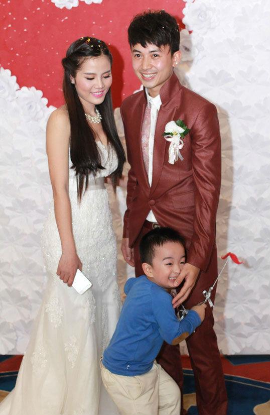 Hiện tại Hoang Anh Vũ đanh hạnh phúc cùng vợ và cậu con trai 6 tuổi. Cũng  giống Mạnh Quân và Vân Navy, Hoàng Anh Vũ gần như đã vắng bóng trong  showbiz.