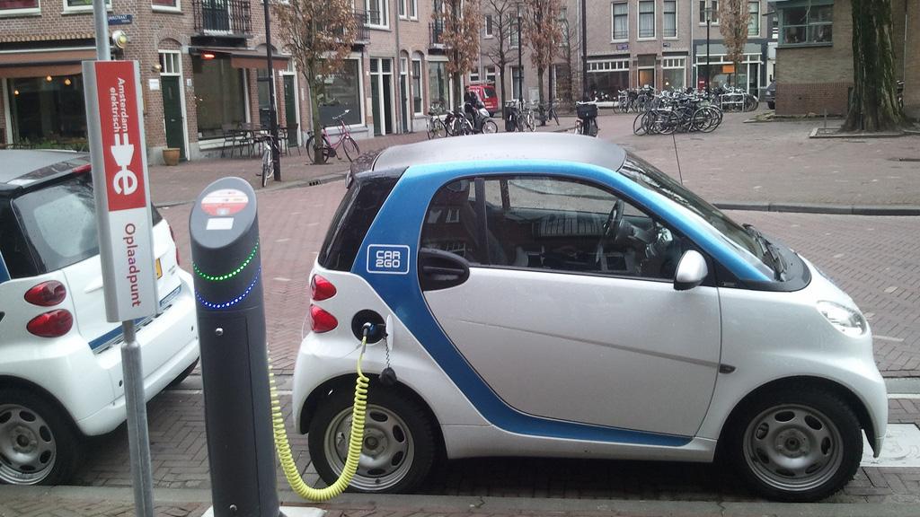 Nghiên cứu mới cho phép xe điện sạc tự động khi đang di chuyển trong tương lai gần