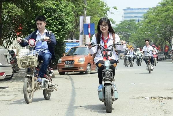 Nhân dịp Tết đến xuân về, học sinh đi xe đạp điện phải đội mũ bảo hiểm