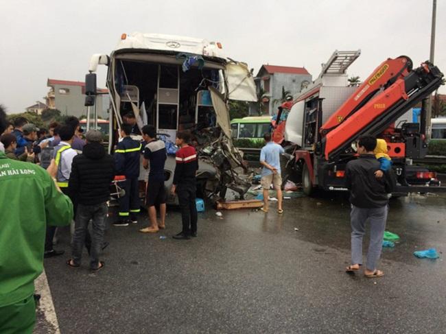 Nhìn từ vụ tai nạn giữa xe khách và xe cứu hỏa: Đừng bao giờ bất cẩn!